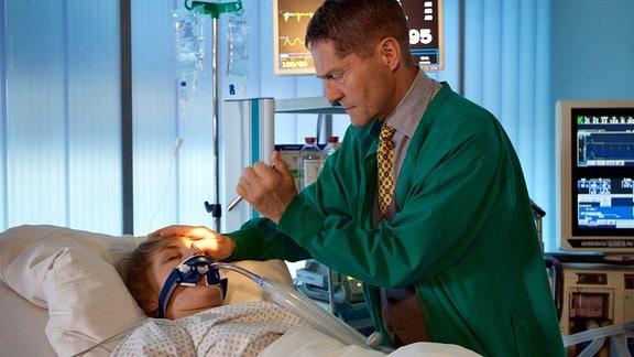 Dr. Kaminskis (Udo Schenk) untersucht die Patientin Margarita Fechter (Anna Hopperdietz).