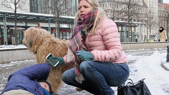 Sina Blasczik (Caroline Maria Frier) wollte sich eigentlich mit einem Blind Date treffen, doch er ist nicht erschienen. Statt dessen kommt ein Hund auf sie zugelaufen und das Herrchen, welches das Tier davon abhalten wollte (Bernhard Conrad), bricht neben Sina zusammen.