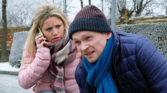 Sina Blasczik (Caroline Maria Frier) hat den Hund von Robert Wünsch (Bernhard Conrad) während ihres Besuches draußen vor der Klinik angebunden.