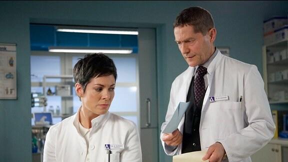 Dr. Kaminski (Udo Schenk) hat einen inoperablen Tumor im Kopf und bereitet sich auf seinen nahenden Tod vor. Nun teilt er Dr. Elena Eichhorn (Cheryl Shepard) sachlich mit, dass er sie zu seiner Betreuerin gemacht hat und drückt ihr seine Patientenverfügung in die Hand: kein operativer Eingriff, keine lebenserhaltenden Maßnahmen. Elena ist wie vor den Kopf geschlagen und fragt Kaminski, ob er überhaupt ahnt, was er ihr damit zumutet. Doch das ist ihm vollkommen klar.