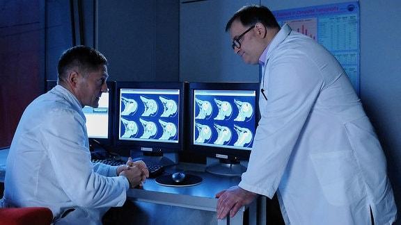Dr. Kaminski (Udo Schenk, li.) hat keine guten Nachrichten für Hans-Peter Brenner (Michael Trischan, re.) Brenners Mutter Luise hat sich bei einem Sturz die Schulter gebrochen.
