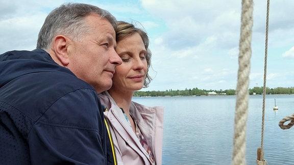 Während eines entspannten Nachmittages beschließen Katja Brückner (Julia Jäger) und Roland Heilmann (Thomas Rühmann), dass es Zeit wird, ihre kleine Seifenblase zu verlassen und, dass sich ihre Familien kennenlernen sollten.