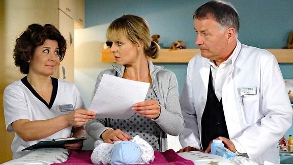 Schwester Ulrike (Anita Vulesica), Dr. Lea Peters (Anja Nejarri) und Dr. Roland Heilmann (Thomas Rühmann)