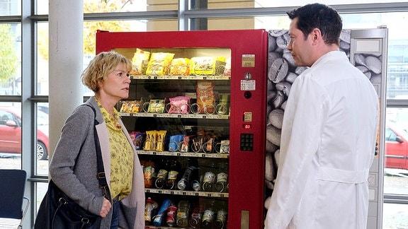 Simone Ostberger (Anne Kasprik) hat Dr. Philipp Brentano (Thomas Koch) bei dem Patientengespräch mit ihrer Tochter beobachtet.