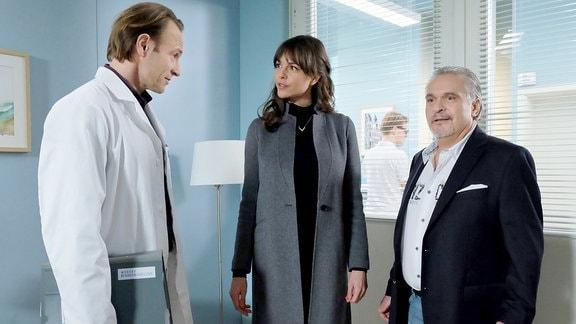 Bernhard Bettermann als Dr. Martin Stein, Susan Höcke als Model Sophia Müller und Jockel Tschiersch als Manager Udo Karlson