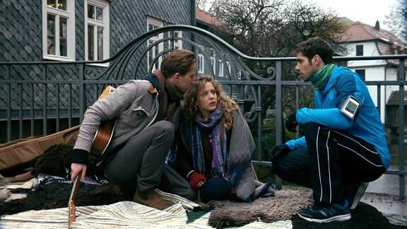 Dr. Niklas Ahrend (Roy Peter Link) hilft einer jungen Frau und ihrem Freund