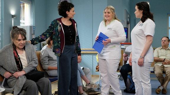 Liza Tzschirner als Rike Machold, Karin Oehme als ihre Großmutter Elfriede, Leslie-Vanessa Lill als Schwester Jasmin und Christina Petersen als Schwester Miriam