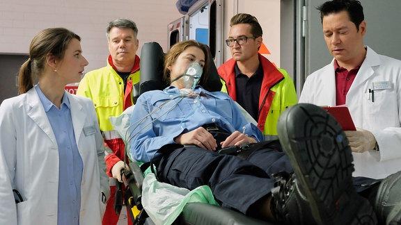 Markus Neumann als Notarzt, Melanie Huszk als angeschossenen Polizistin, Annett Renneberg als Dr. Maria Weber und Thomas Koch als Dr. Philipp Brentano