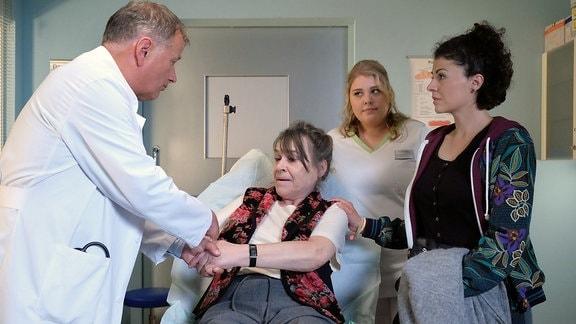 Thomas Rühmann als Dr. Roland Heilmann, Karin Oehme als Elfriede Machold, Liza Tzschirner als Rike Machold und Christina Petersen als Schwester Miriam