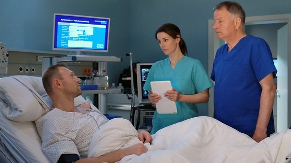 Jorres Risse als Harry Klatte, Annett Renneberg als Dr. Maria Weber und Dr. Roland