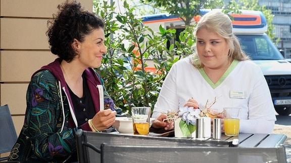Liza Tzschirner als Rike Machold und Christina Petersen als Schwester Miriam