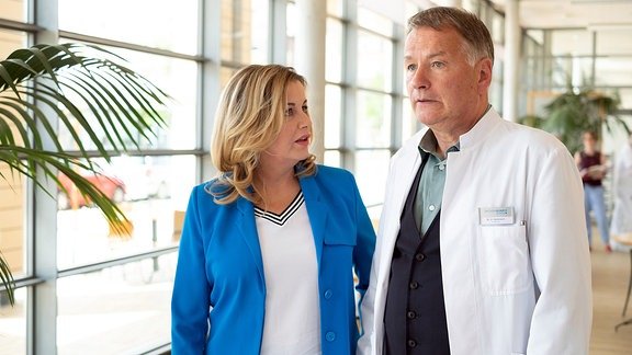 Dr. Roland Heilmann (Thomas Rühmann) erzählt Sarah Marquardt (Alexa Maria Surholt), dass seine Tochter Lisa einen Freund hat.