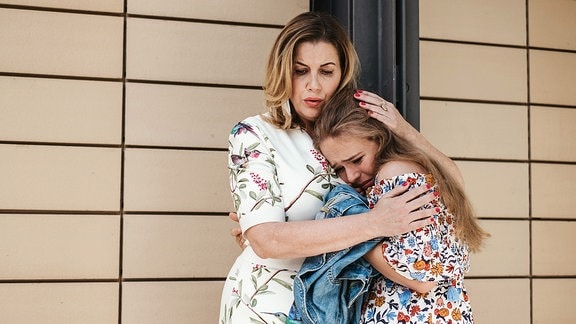 Sarah Marquardt tröstet Lisa