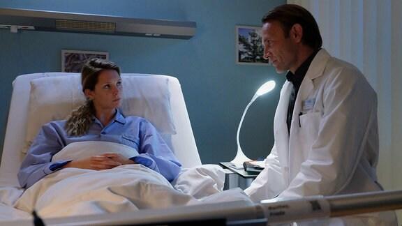Dr. Martin Stein (Bernhard Bettermann) hält eine Operation, bei der Frieda Manthey (Stephanie Krogmann) zwei Rippen entfernt werden, für unumgänglich. Frieda, selbst zukünftige Medizinerin, fehlt jedoch das Vertrauen, die Garantie. Das Ruder aus der Hand zu geben, fällt ihr ausgesprochen schwer.