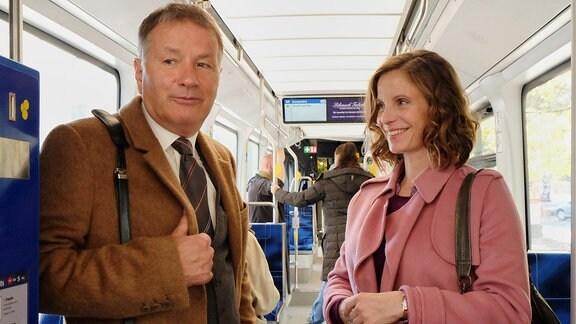 Roland Heilmann mit einer Frau in der Straßenbahn.