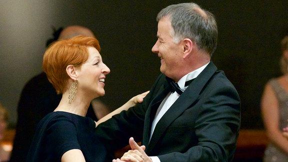 Pia Heilmann (Hendrikje Fitz) und Dr. Roland Heilmann (Thomas Rühmann) tanzen auf dem Ärzteball.