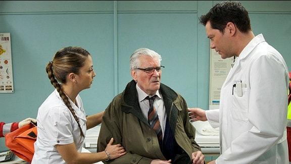 Schwester Arzu und Philipp Brentano betreuen einen Patienten.