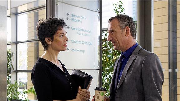 Alexander Weber bittet Dr. Elena Eichhorn, an die Klinik zurückzukommen.