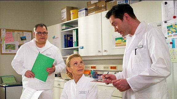 Dr. Philipp Brentano bittet Schwester Ingrid, Lauras Blutzuckerwerte im Blick zu behalten.