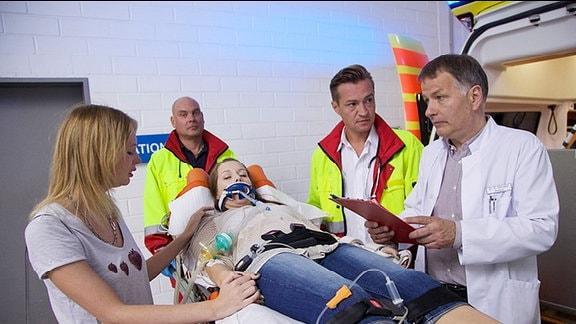 Die Diabetikerin Laura Westphal wird von Notärzten in die Sachsenklinik eingeliefert.