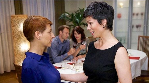Elena Eichhorn verabschiedet sich von Pia Heilmann, weil sie es nicht erträgt, Martin Stein und Antonia turteln zu sehen.