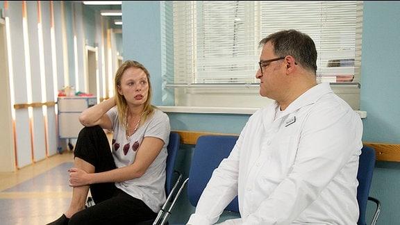 Pfleger Hans-Peter Brenner spricht mit Fiona, die sich große Sorgen um Laura macht.