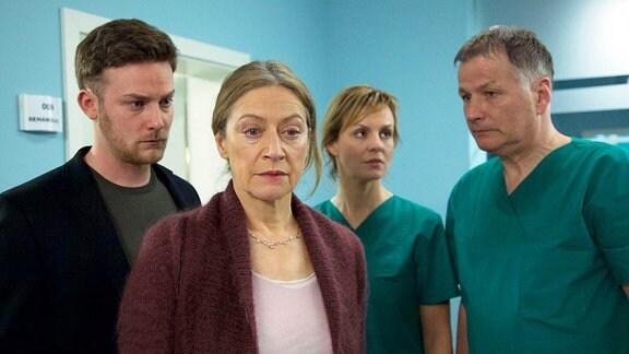 Torben (Till Artur Priebe), Petra Urban (Tatjana Blacher), Dr. Lea Peters (Anja Nejarri) und Dr. Roland Heilmann (Thomas Rühmann)