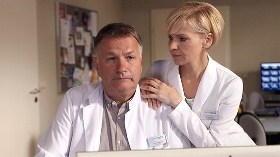 Roland Heilmann (Thomas Rühmann) und Kathrin Globisch (Andrea Kathrin Loewig)