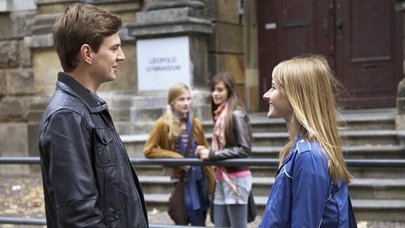 Marie unterhält sich mit Jakob.