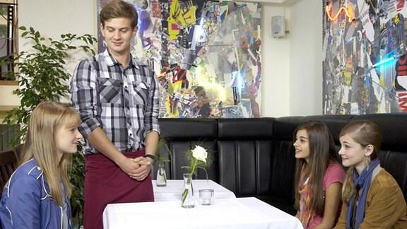 Gleich nach dem Ende des ersten Schultages wollen Melissa und Jennifer Jakob Heilmann in seinem Bistro besuchen.