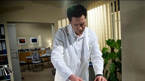 Philipp Brentano sieht ein Bild des ungeborene Kindes seiner Frau Frau Arzu. Ob es von ihm ist, weiß er nicht.