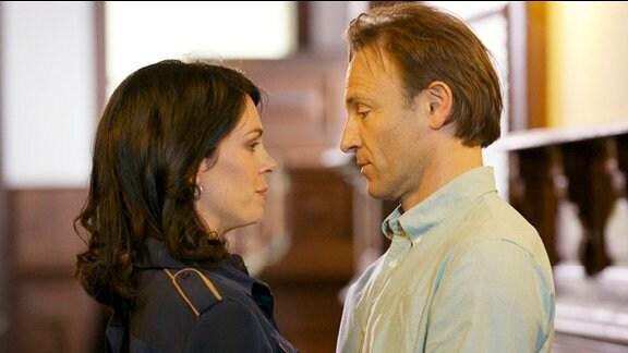 Der Tag der Sorgerechtsverhandlung um Elena Eichhorns (Cheryl Shepard) Tochter Sophie ist gekommen. Elena hat Angst, dass Sophies leiblicher Vater das geteilte Sorgerecht erwirken kann. Martin Stein (Bernhard Bettermann) versucht ihr die Angst zu nehmen.