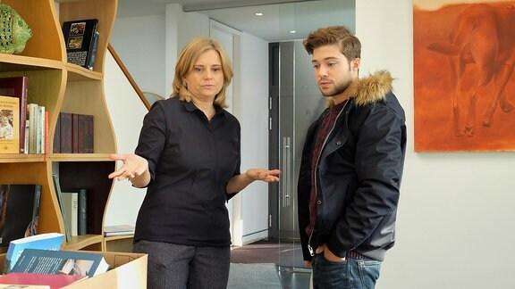 Kris Haas (Jascha Rust) will sehen wie seine Mutter Sylvia (Nina Weniger) die Trennung von ihrem Mann meistert.