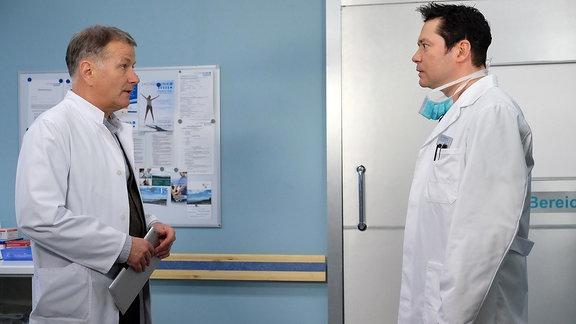 Dr. Roland Heilmann (Thomas Rühmann) sagt Dr. Philipp Brentano (Thomas Koch, dass seine Patientin Sylvia Haas nach Alkohol riecht und eine Narkose in diesem Fall zu riskant ist.