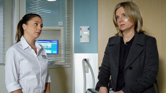 Sylvia Haas (Nina Weniger, re.) wird entlassen und Oberschwester Arzu erkundigt sich, ob sie ihr ein Taxi rufen soll.