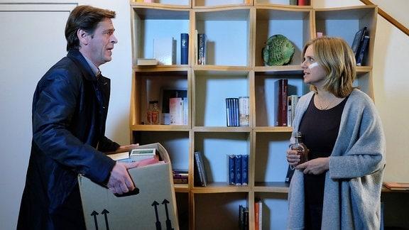 Als ihr Mann Simon Haas (Tom Mikulla) seine Sachen aus dem gemeinsamen Haus holen will, verliert Sylvia Haas (Nina Weniger) die Fassung