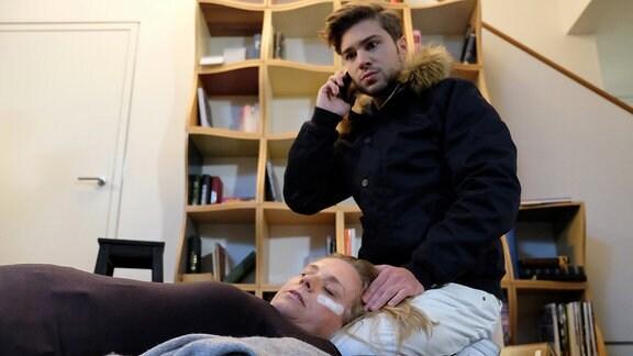 Kris Haas (Jascha Rust) hat erfahren, dass seine Mutter Sylvia (Nina Weniger) mit einer Verletzung in der Sachsenklinik