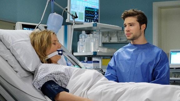 Kris Haas (Jascha Rust) zerreißt es das Herz, seine Mutter Sylvia (Nina Weniger) so zu sehen.