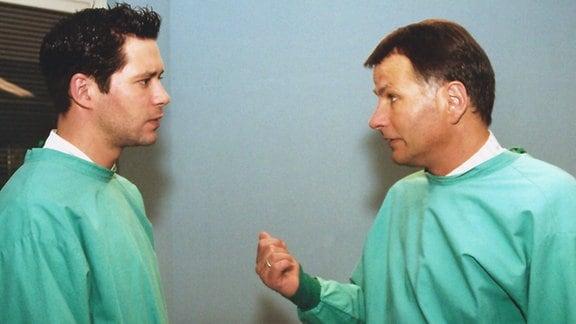 Dr. Brentano (Thomas Koch, links) und Dr. Heilmann (Thomas Rühmann) stehen vor einer lebensgefährlichen Operation, die auch ihre Karriere aufs Spiel setzen könnte!