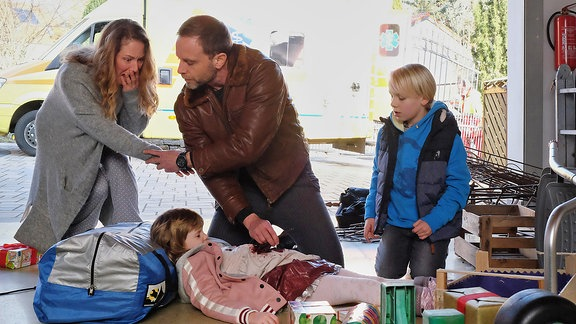 Dr. Kai Hoffmann (Julian Weigend) wurde von dem kleinen Nik Weißhaupt (Ole Hermann) verzweifelt zu Hilfe gerufen