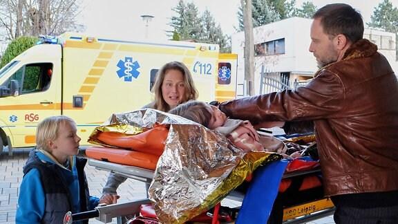 Carolin Weißhaupt (Tessa Mittelstadt) und Dr. Kai Hoffmann (Julian Weigend)