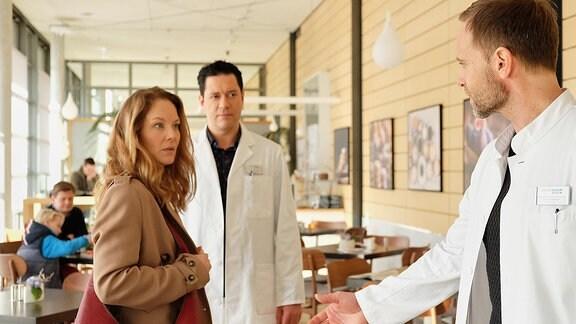 Carolin Weißhaupt (Tessa Mittelstadt), Dr. Philipp Brentano (Thomas Koch) und Dr. Kai Hoffmann (Julian Weigend)