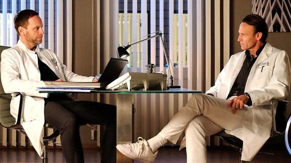 Dr. Kai Hoffmann (Julian Weigend) und Dr. Martin Stein (Bernhard Bettermann)
