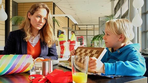Carolin Weißhaupt (Tessa Mittelstaedt) und Nik (Ole Hermann)