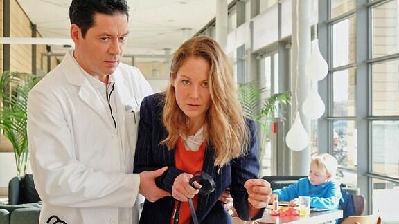 Dr. Philipp Brentano (Thomas Koch) und Carolin Weißhaupt (Tessa Mittelstaedt)
