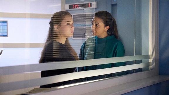Ella Zirzow als Lisa Schroth und Arzu Bazman als Oberschwester Arzu Ritter im Gespräch.