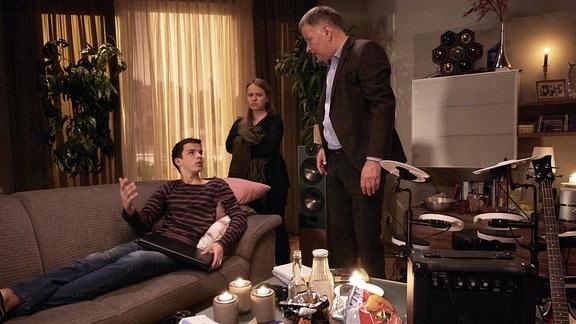 Dr. Roland Heilmann schimpft mit  Lisa und Jonas.