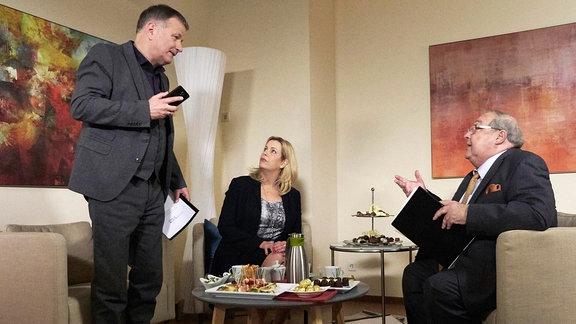Thomas Rühmann als Dr. Roland Heilmann, Alexa Maria Surholt als Sarah Marquardt und Jaecki Schwarz als Gesundheitsdezernent Jürgen Strauber. Die drei sind im Gespräch.