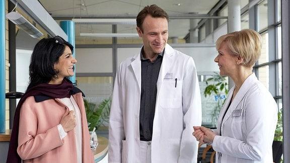 Fatimeh Karimi (Javeh Asefdjiah), Dr. Martin Stein (Bernhard Bettermann) und Dr. Kathrin Globisch (Andrea Kathrin Loewig)