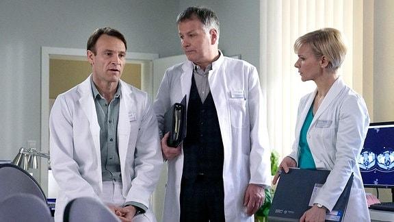Dr. Martin Stein (Bernhard Bettermann), Dr. Roland Heilmann (Thomas Rühmann) und Dr. Kathrin Globisch (Andrea Kathrin Loewig)